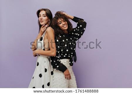 Obraz dwa moda kobiet stwarzające kamery Zdjęcia stock © deandrobot