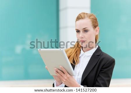 femme · d'affaires · écran · tactile · comprimé · séance · travail - photo stock © dash