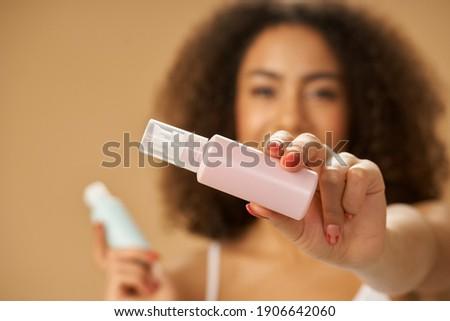 женщину загар лосьон Постоянный Сток-фото © wavebreak_media