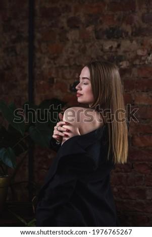 énigmatique brunette portrait belle femme longtemps cheveux bouclés Photo stock © Pilgrimego