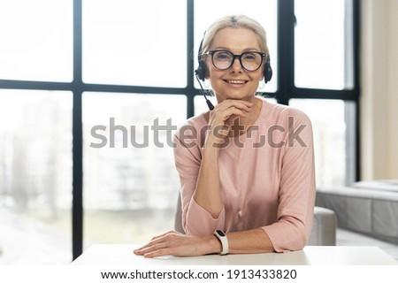 Közelkép mikrofon mosolyog barátok néz okostelefon Stock fotó © wavebreak_media