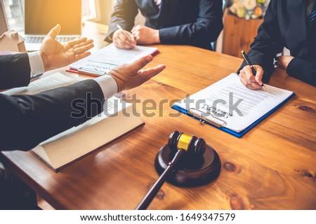 pessoas · de · negócios · advogados · discutir · contrato · documentos · sessão - foto stock © snowing