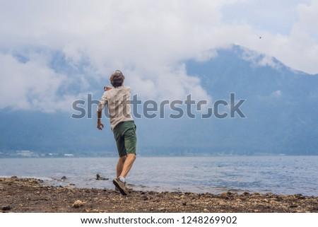 Hombre turísticos lago montanas cubierto nubes Foto stock © galitskaya