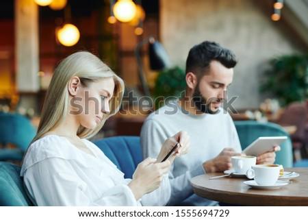 Komoly szőke nő lány fiúbarát mobil kütyük Stock fotó © pressmaster