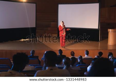Jonge asian zakenvrouw permanente Stockfoto © wavebreak_media