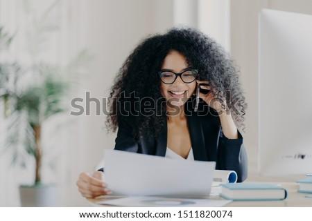 Ervaren vrouwelijke ceo telefoon gesprek probleem Stockfoto © vkstudio
