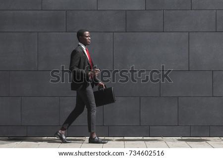 Obraz młodych biznesmen filiżankę kawy spaceru Zdjęcia stock © deandrobot