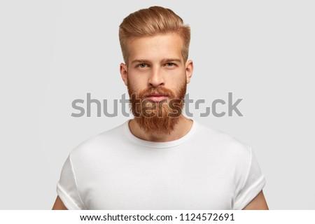 Kép gondolkodik fiatalember vörös haj pózol néz Stock fotó © deandrobot