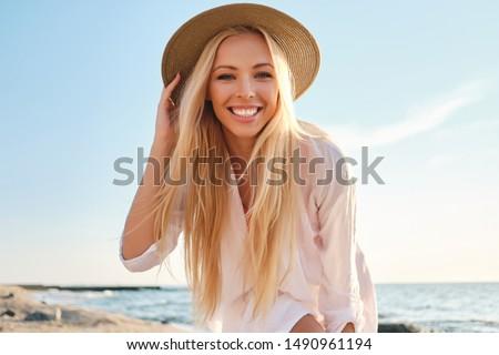 Portre güzel genç kadın şapka tropikal plaj güneşli Stok fotoğraf © luckyraccoon
