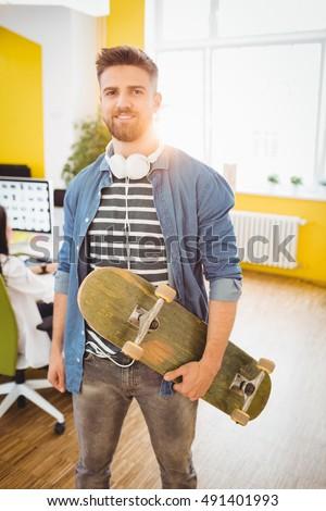 Retrato guapo ejecutivo skateboard creativa oficina Foto stock © wavebreak_media