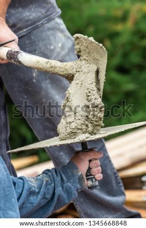 Umido cemento piastrelle lavoratore piscina Foto d'archivio © feverpitch