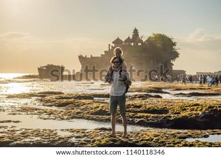 Filho pai turistas templo oceano bali Indonésia Foto stock © galitskaya