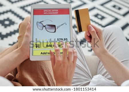 Jonge vrouw tablet lezing gegevens kaart betalen Stockfoto © pressmaster
