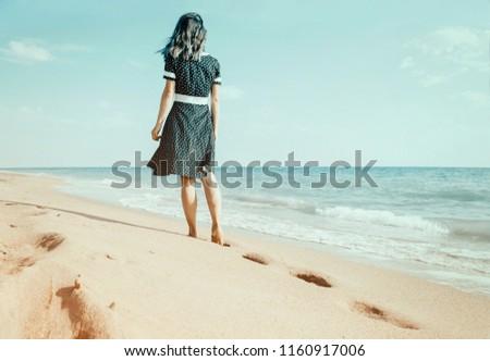 Hátsó nézet fiatal nő sétál mezítláb tengerpart napsütés Stock fotó © wavebreak_media