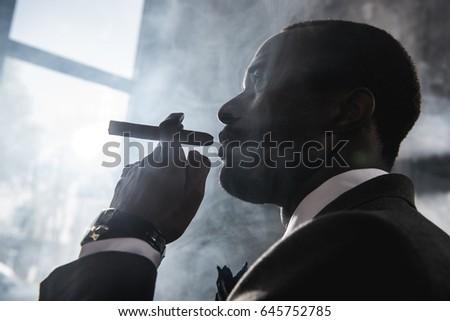 Oldalnézet öreg üzletember tart kézírás sétál Stock fotó © wavebreak_media
