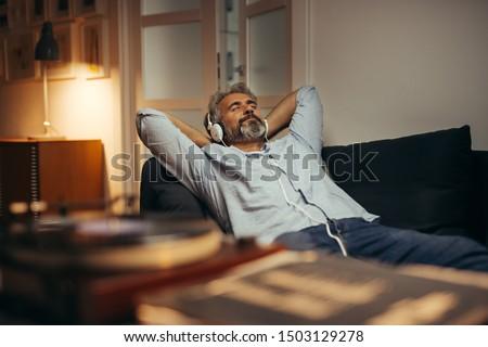 Senior uomo rilassante ascoltare musica cuffie giardino Foto d'archivio © HighwayStarz
