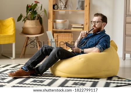 Töprengő szabadúszó szemüveg dolgozik számítógép férfi Stock fotó © pressmaster