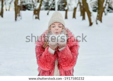 Młodych blond kobieta biały zimą płaszcz Zdjęcia stock © pressmaster