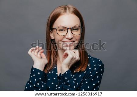 Positivo atraente caucasiano mulher mão queixo Foto stock © vkstudio