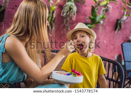 Mãe filho mediterrânico café da manhã sofá Foto stock © galitskaya