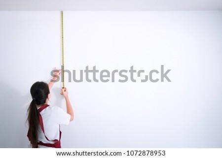 Interior trabalhando feminino pintor fita métrica parede Foto stock © Freedomz