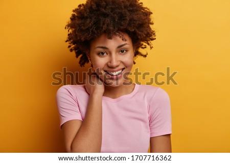 Portret jonge met sproeten afro-amerikaanse vrouw poseren Stockfoto © deandrobot