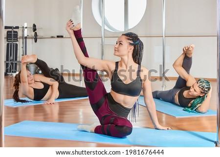 Brunette zwarte top trainers meisje werk Stockfoto © Forgiss