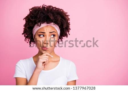 Szczęśliwy młodych ciemne dziewczyna szalik Zdjęcia stock © deandrobot