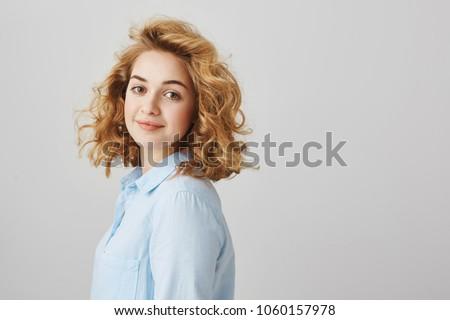Aantrekkelijke vrouw kort krulhaar portret witte vrouw Stockfoto © Traimak