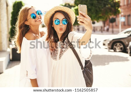 Fotografia radosny kobieta 20s śmiechem Zdjęcia stock © deandrobot