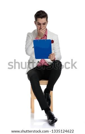 怖い 小さな ビジネスマン 座って 悪い知らせ クリップボード ストックフォト © feedough