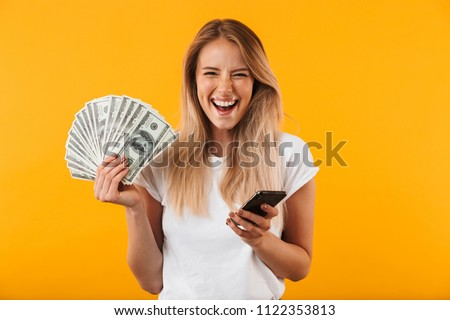 Kadın bakıyor para Internet finansal Stok fotoğraf © konradbak