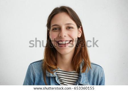 Retrato alegre mulher cabelo castanho olhando Foto stock © deandrobot