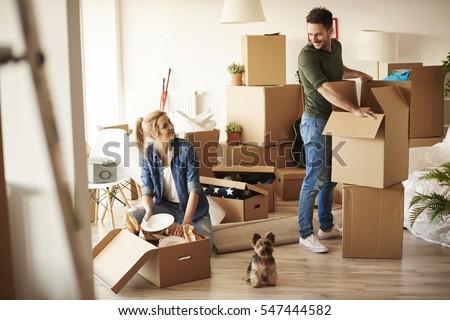 Férfi költözés dobozok ház otthon doboz Stock fotó © Elnur