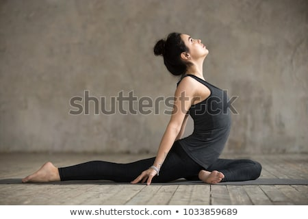 Femme cygne pose de yoga maison fitness yoga Photo stock © dolgachov