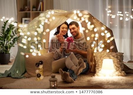 Gelukkig paar geschenkdoos kinderen tent home Stockfoto © dolgachov