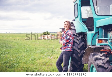Mädchen Landwirtschaft trocken Boden Frühling Stock foto © FOTOYOU