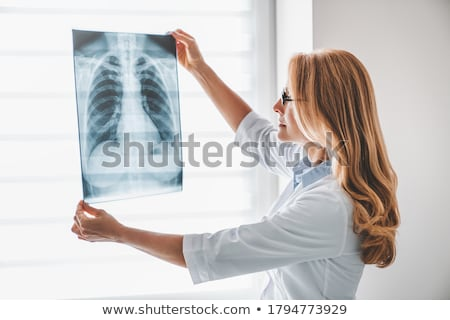 concentrato · medico · guardando · bianco · muro · donna - foto d'archivio © andreypopov