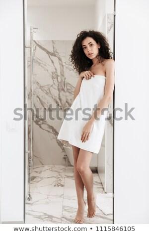 Fotografia młoda kobieta długo ciemne włosy stałego łazienka Zdjęcia stock © deandrobot