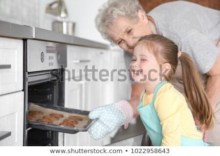 Dziewczyna cookie piekarnik uśmiechnięty dziewczynka Zdjęcia stock © AndreyPopov