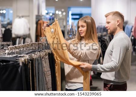 Naar Geel pants hanger kleding Stockfoto © pressmaster