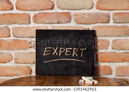 Kréta tábla szó szakértő kéz fa asztal Stock fotó © marylooo