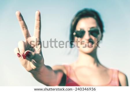 Retrato alegre morena feminino paz gesto Foto stock © vkstudio