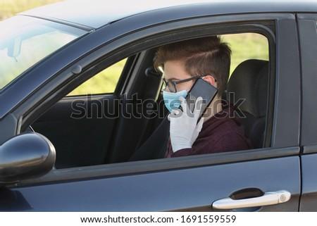 Jonge bestuurder beschermd masker handschoenen mobiele telefoon Stockfoto © simazoran