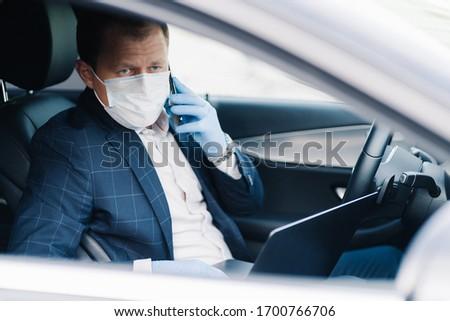 успешный бизнесмен кто-то автомобилей медицинской маске Сток-фото © vkstudio
