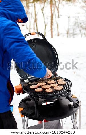 Homem grelhar portátil churrasco inverno churrasco Foto stock © Illia