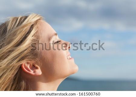 Közelkép oldalnézet figyelmes mosolygó nő fehér gondolkodik Stock fotó © wavebreak_media