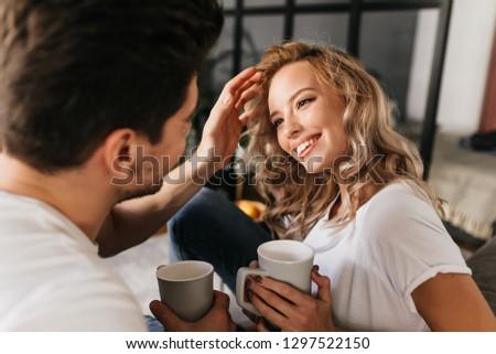 мужчины · глядя · волос · глядя · вниз - Сток-фото © feedough