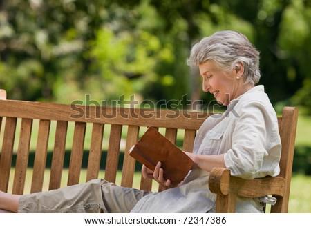 retrato · senior · mulher · sessão · grama · leitura - foto stock © FreeProd