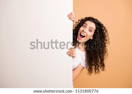 Meglepődött boldog barna hajú nő lezser ruházat Stock fotó © deandrobot